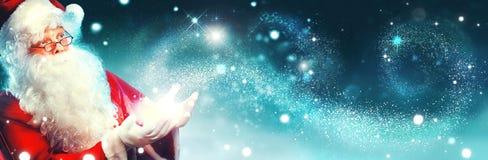 Stående av lyckliga Santa Claus med magiskt ljus Arkivbilder