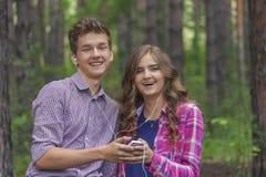 Stående av lyckliga tonårs- par royaltyfria bilder