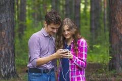 Stående av lyckliga tonårs- par royaltyfri bild