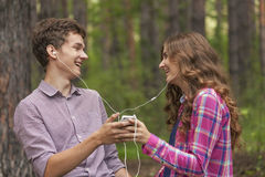Stående av lyckliga tonårs- par arkivbild