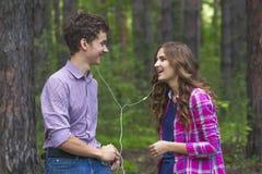 Stående av lyckliga tonårs- par fotografering för bildbyråer
