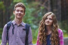 Stående av lyckliga tonårs- par royaltyfri fotografi