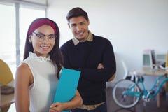 Stående av lyckliga unga affärskollegor på kontoret arkivbilder