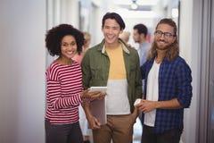 Stående av lyckligt affärsfolk som tillsammans står i korridor arkivbilder