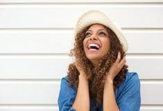Stående av lyckligt kvinnligt skratta för modemodell royaltyfria foton