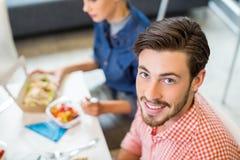Stående av lyckligt manligt utövande ha frukosten arkivfoto