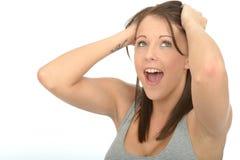 Stående av lyckligt upphetsat fundersamt attraktivt le för ung kvinna Arkivfoton
