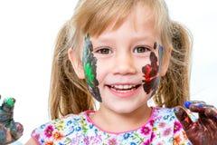 Stående av målade framsidan för liten flicka den visning Royaltyfri Fotografi