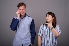 Stående av mång- etniska olika par som har problem arkivfoton