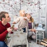 Stående av mamman, farsan och sonen i det dekorerade vita rummet Alla av Royaltyfri Bild