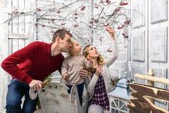Stående av mamman, farsan och sonen i det dekorerade vita rummet Alla av Royaltyfria Bilder
