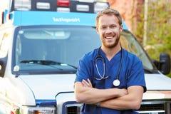 Stående av manlig doktor Standing In Front Of Ambulance royaltyfri fotografi