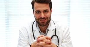Stående av manligt doktorssammanträde på skrivbordet stock video