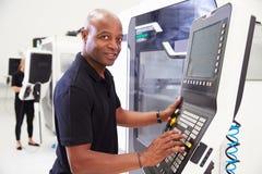 Stående av manligt maskineri för teknikerOperating CNC i fabrik royaltyfri foto