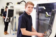 Stående av manligt maskineri för teknikerOperating CNC i fabrik fotografering för bildbyråer