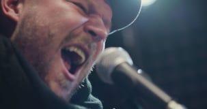 Stående av mannen som sjunger sång lager videofilmer