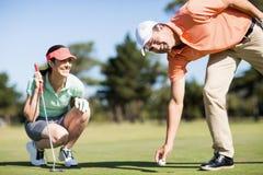 Stående av mannen som tar bort golfboll från hålet Royaltyfri Bild