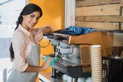 Stående av maskinen för servitrislokalvårdkaffebryggare Royaltyfria Bilder