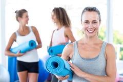 Stående av matt hållande yoga för kvinna fotografering för bildbyråer