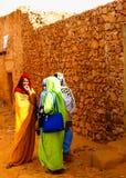 Stående av mauritanian kvinnor i den nationella klänningen Melhfa, Chinguetti, Mauretanien arkivbild