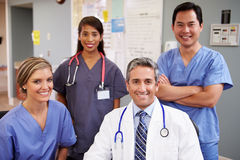 Stående av medicinska Team At Nurses Station Royaltyfria Bilder