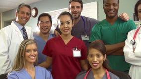 Stående av medicinska Team At Nurses Station lager videofilmer