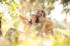 Stående av mellersta ålderpar på naturen Lyckligt och förälskat royaltyfri foto