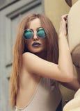 Stående av modedamen med blåa kanter i rund solglasögon Royaltyfria Foton