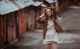 Stående av modemodellen Girl på den industriella bakgrunden Royaltyfria Bilder