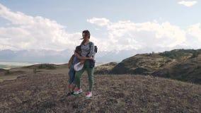 Stående av modern och barnet i bergen en ung kvinna och hennes dotter gick att campa arkivfilmer