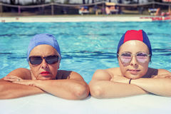 Stående av modern och dottern i baddräkt Royaltyfria Bilder