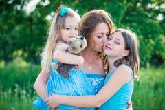 Stående av modern och två döttrar arkivfoto