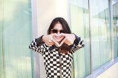 Stående av mor för exponeringsglas för sol för ung härlig hipsterkvinna bärande Arkivbild