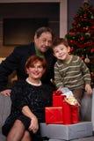 Stående av morföräldrar och sonsonen på jul Fotografering för Bildbyråer