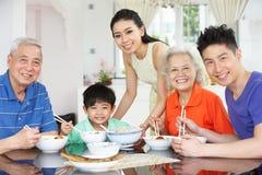 Stående av Multi-Generation kinesiskt äta för familj Arkivbilder