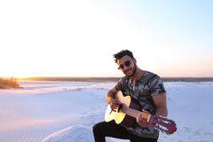 Stående av närbildståenden av den arabiska grabben som spelar gitarrstrin Royaltyfri Fotografi