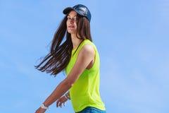 Stående av nätta den utomhus- tonåringflickan Arkivfoton
