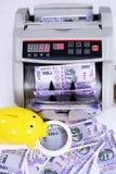 Stående av ny indisk valuta, kassa som räknar maskinen, förstoringsglas och spargris arkivbild