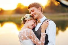 Stående av nyligen ett gift par Bröllopparet står på bakgrunden av beställningen Royaltyfri Bild