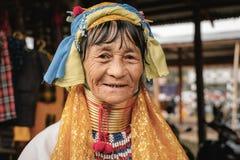 Stående av Padaung den långa halskvinnan i traditionella kläder royaltyfri bild