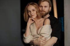 Stående av par, nästan som kramar fotografering för bildbyråer