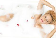 Stående av passionerat förföriskt sinnligt Caucasian blont vila i skummande badkar royaltyfri foto