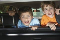 Stående av pojkar som ler i bil royaltyfri fotografi
