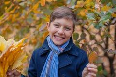 Stående av pojken för härligt barn i höstnaturen arkivfoton