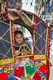 Stående av pojken i rickshaw Arkivfoton