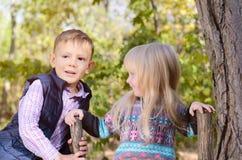 Stående av pojken och flickan i skog Arkivbilder