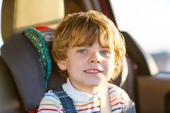 Stående av pojkesammanträde för liten unge i säkerhetsbilsäte Royaltyfria Bilder
