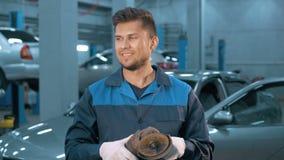 Stående av professionelln som ler bilmekanikern som arbetar i modern service för auto reparation stock video