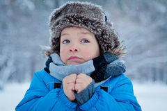 Stående av pojken i vintertid Arkivbild
