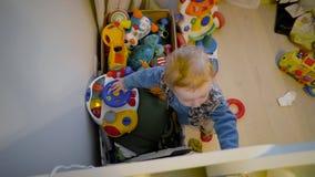 Stående av pysen med sinnesrörelser och känslor pojkekamera little som ser Top besk?dar lager videofilmer